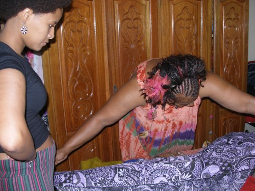 1- Extender o tecido na horizontal, para que dê a volta na cabeça